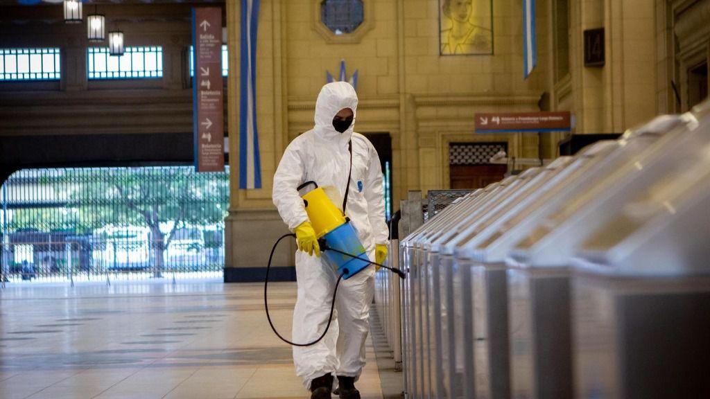 Trabajos de desinfección por coronavirus en la estación de Constitución de Buenos Aires