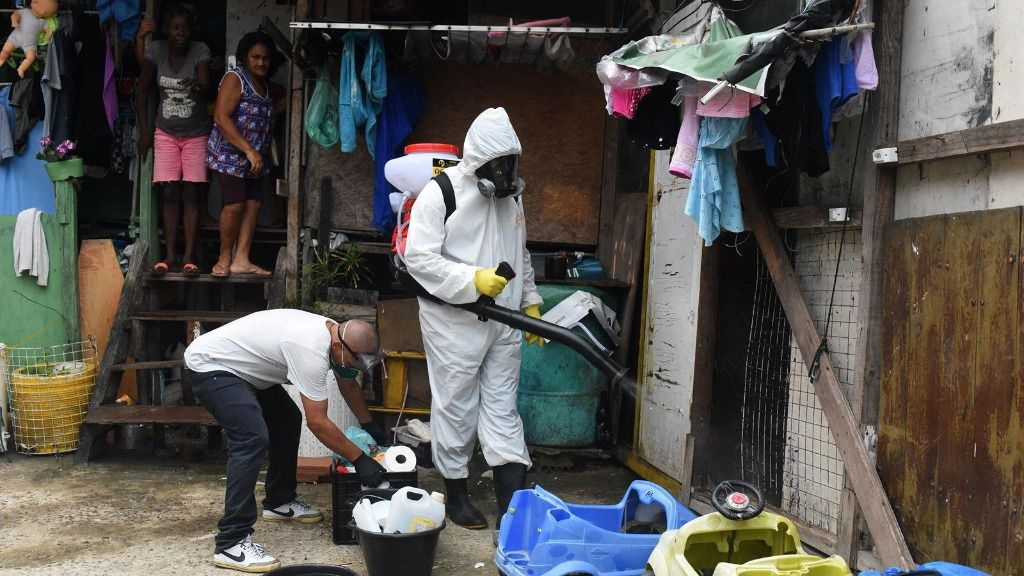 Desinfección por el coronavirus en al favela de Brasil