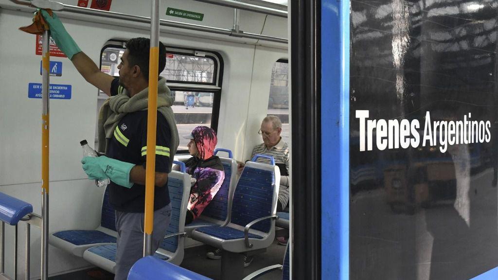 Limpieza de un tren en Argentina por el coronavirus