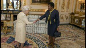 La reina Isabel II de Inglaterra y la gobernadora general de Barbados, Sandra Mason