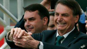 El presidente de Brasil, Jair Bolsonaro, y su hijo Flavio