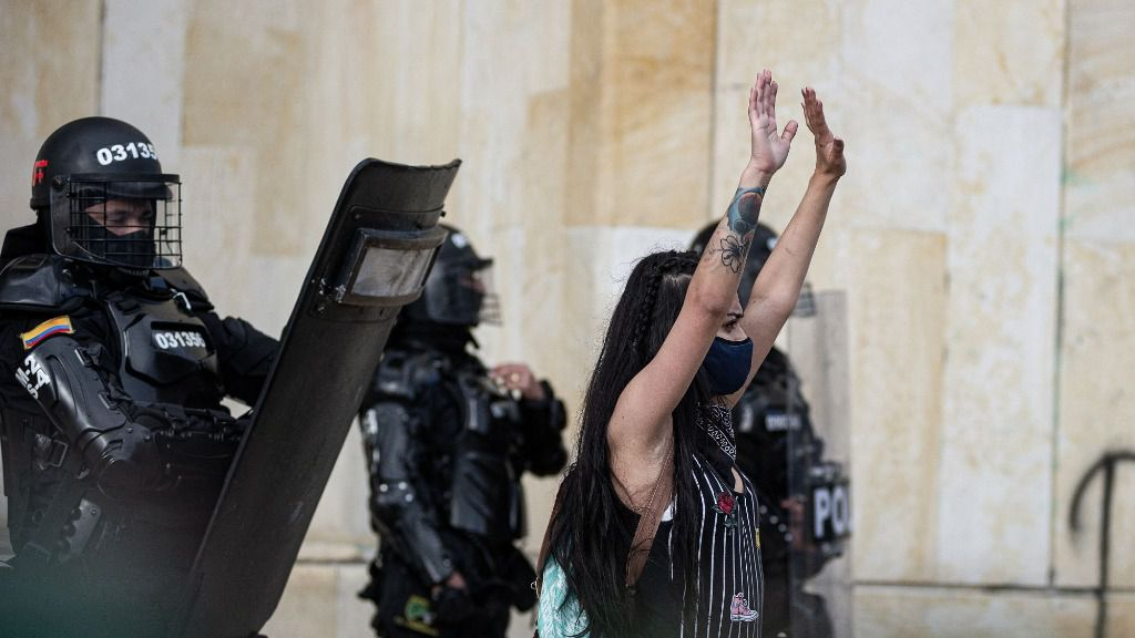 Una manifestante durante las recientes protestas contra el Gobierno de Colombia y la violencia policial, celebradas en Bogotá