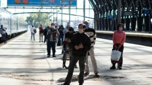 Un grupo de personas hace cola en la estación de tren de Retiro, en Buenos Aires, a la espera de someterse a la prueba de Covid-19