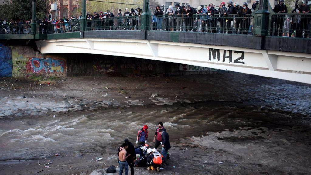 Manifestante cae al río Mapocho durante protesta en Plaza Italia, en Santiago de Chile