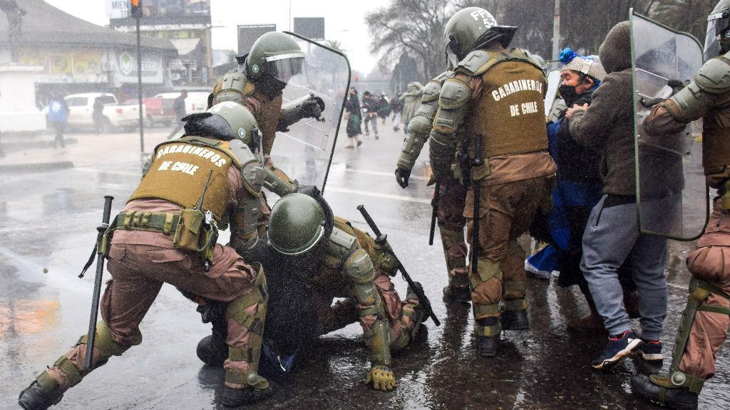 Carabineros detienen a personas en una manifestación mapuche contra la violencia de otros grupos