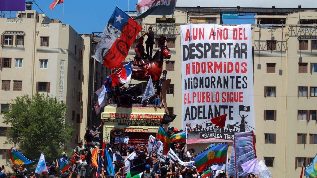 Manifestación para celebrar el primer aniversario de las protestas sociales en Chile