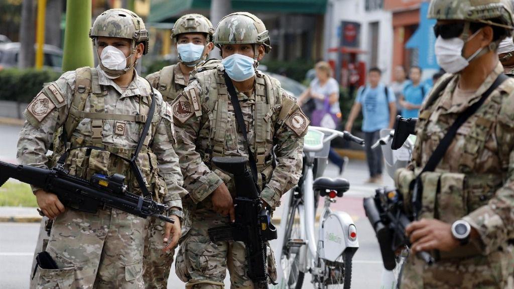 Una patrulla de las fuerzas de seguridad de Perú durante la cuarentena
