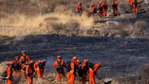 Bomberos durante las labores de extinción de un incendio en California