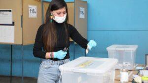Una chilena votando en el plebiscito consitucional