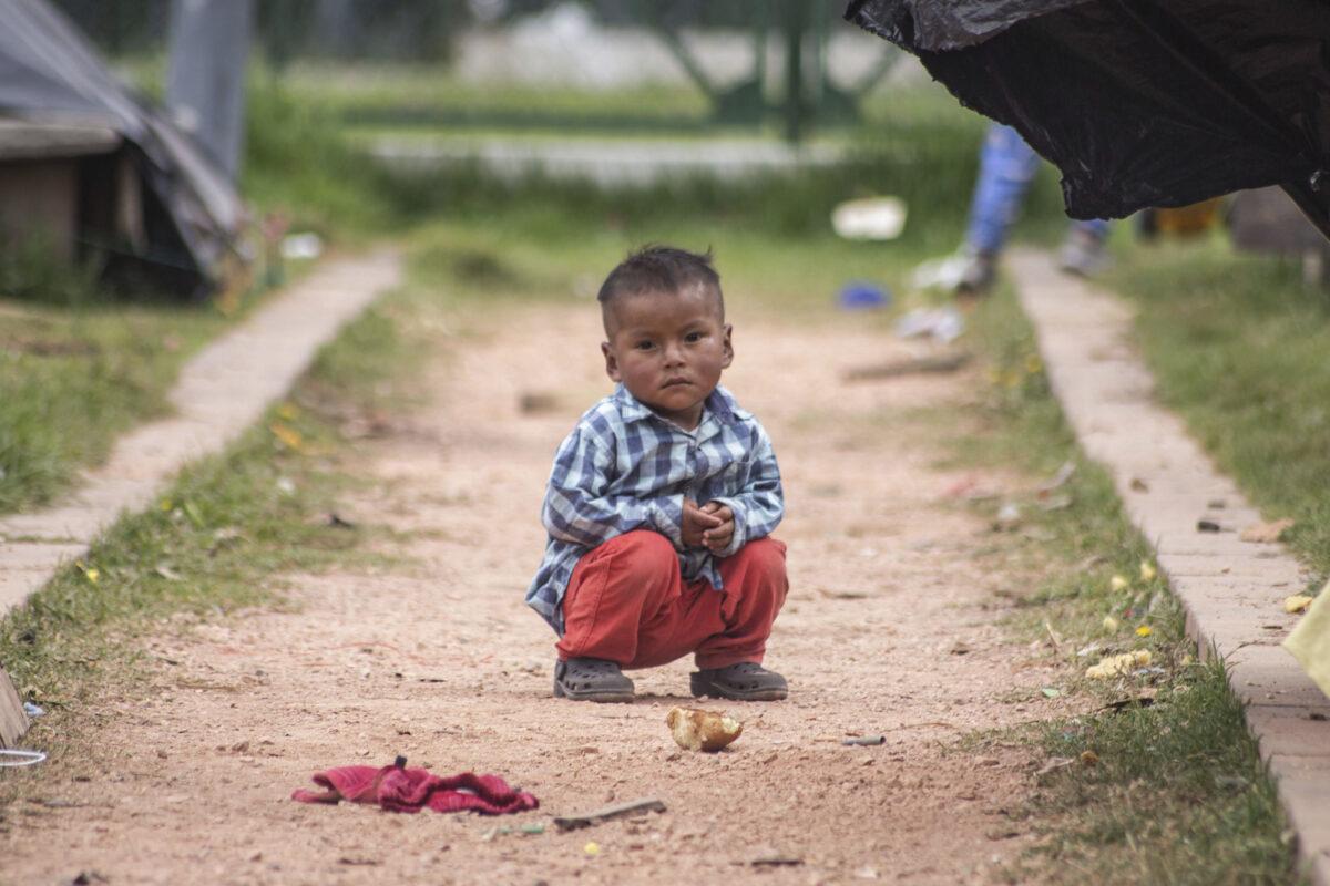 Un niño del pueblo emberá en Bogotá, Colombia