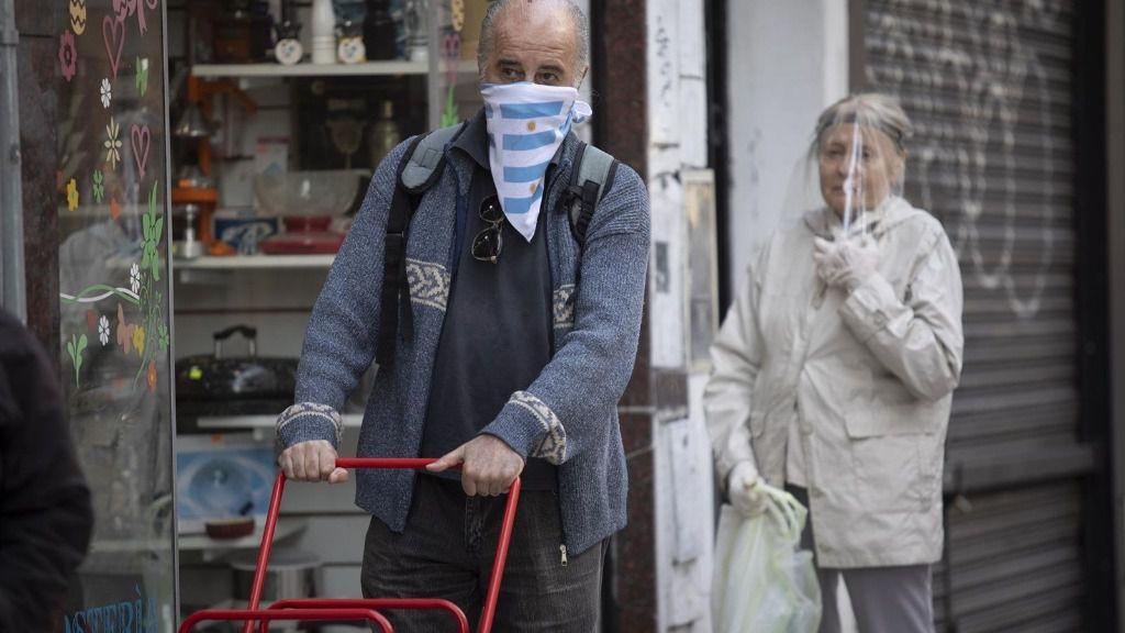 Personas con mascarilla y otras protecciones contra el coronavirus en Argentina