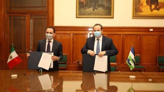 El seccretario de Hacienda de México, Arturo Herrera, y el presidente ejecutivo de CAF, Luis Carranza