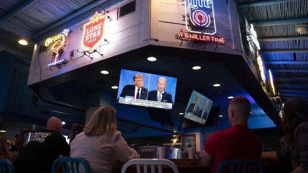 Un grupo de personas asistiendo al debate electoral entre el presidente de Estados Unidos, Donald Trump, y el candidato demócrata, Joe Biden
