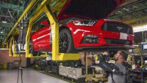 Imagen de una planta de Ford produciendo un Mustang