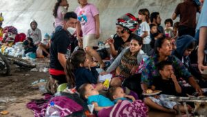 Familias refugiadas en un albergue de San Pedro Sula, Honduras, tras el paso del huracán 'Eta'