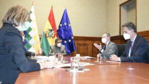 La misión de observación electoral de la UE entrega su informe a Rogelio Mayta