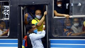 Personas en un autobús durante la pandemia de coronavirus en Venezuela