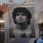 Seguidores de Diego Armando Maradona a las puertas del hospital donde ha sido operado por un hematoma en el cerebro