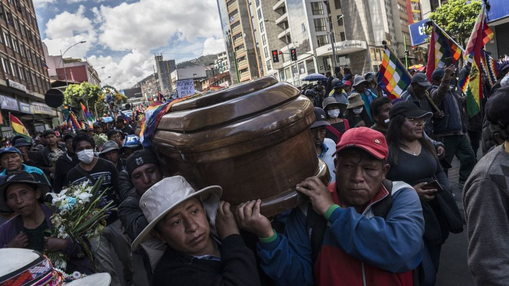 Un grupo de personas acarrea con el féretro de una de las víctimas dejada por la represión de las Fuerzas Armadas