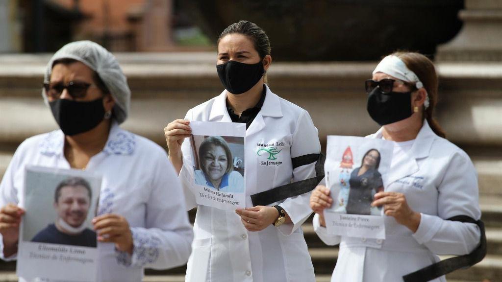 Personal de enfermería muestra fotos de compañeros muertos durante la pandemia en Brasil