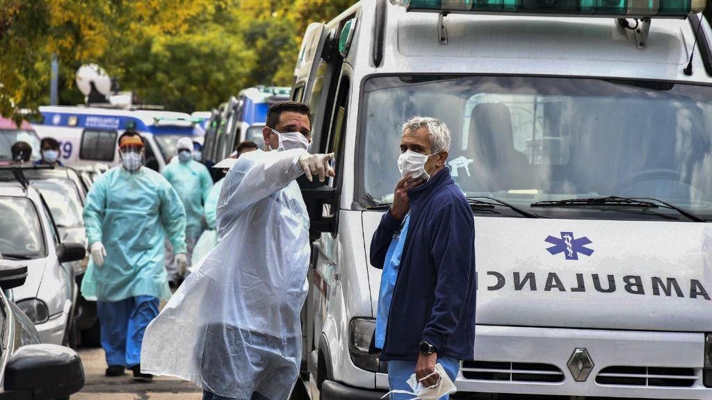 Personal médico a las puertasde un hospital de Buenos Aires
