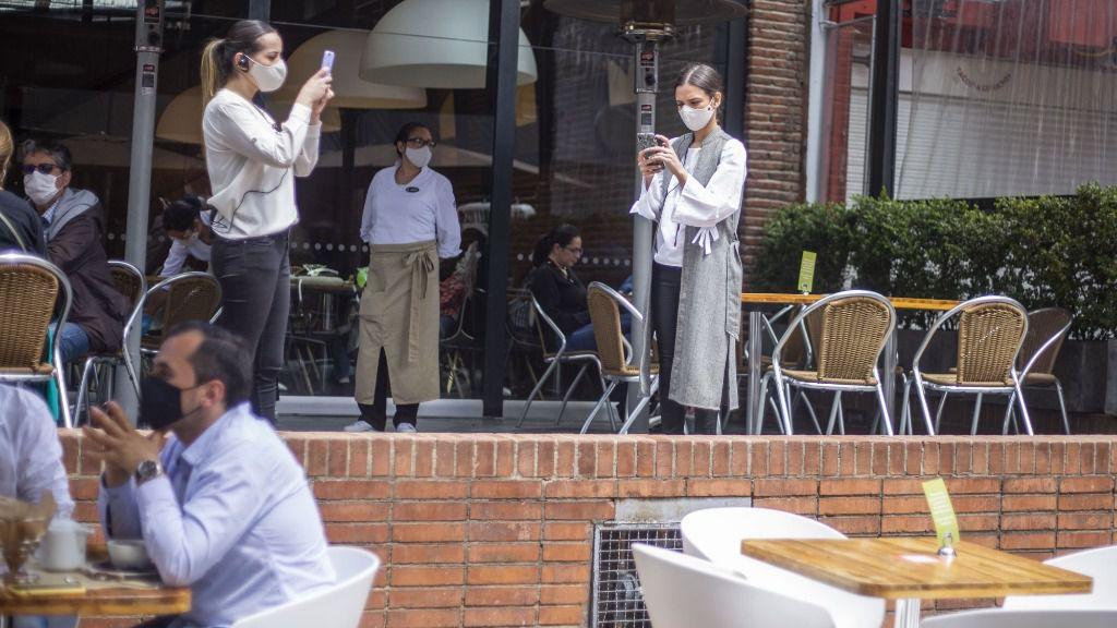 Un grupo de personas en una cafetería de Bogotá
