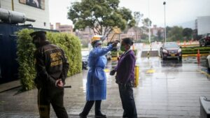 Una persona se somete a una prueba de temperatura antes de entrar a un centro comercial de Bogotá