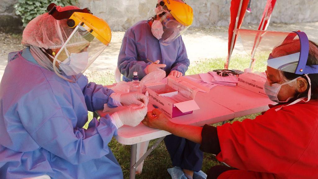 Una trabajadora sanitaria realiza pruebas rápidas del coronavirus en Perú