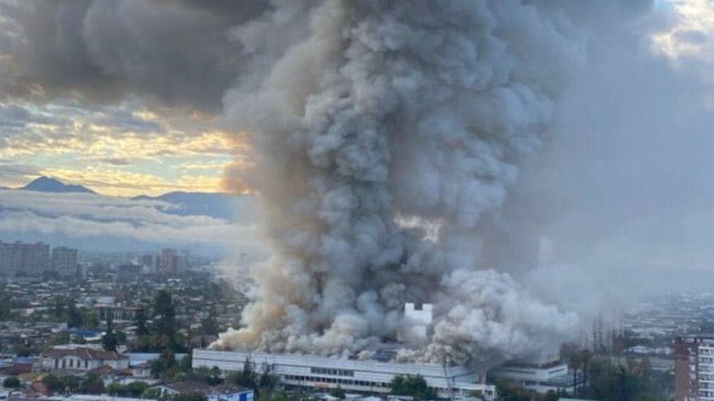 Declarado un enorme incendio en el hospital San Borja Arriaran de Santiago de Chile