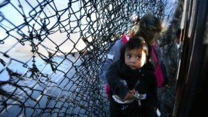 Un grupo de migrantes intenta cruzar a San Diego, Estados Unidos, desde Tijuana, México