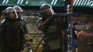 Carabineros apuntan a manifestantes en Chile