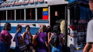Varias personas suben a un autobús en la ciudad venezolana de Valencia