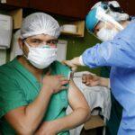 Una trabajadora sanitaria recibe una dosis de la vacuna de Sinopharm