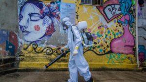 Un voluntario durante las labores de desinfección y limpieza de la favela de Santa Marta, en el sur de Río de Janeiro