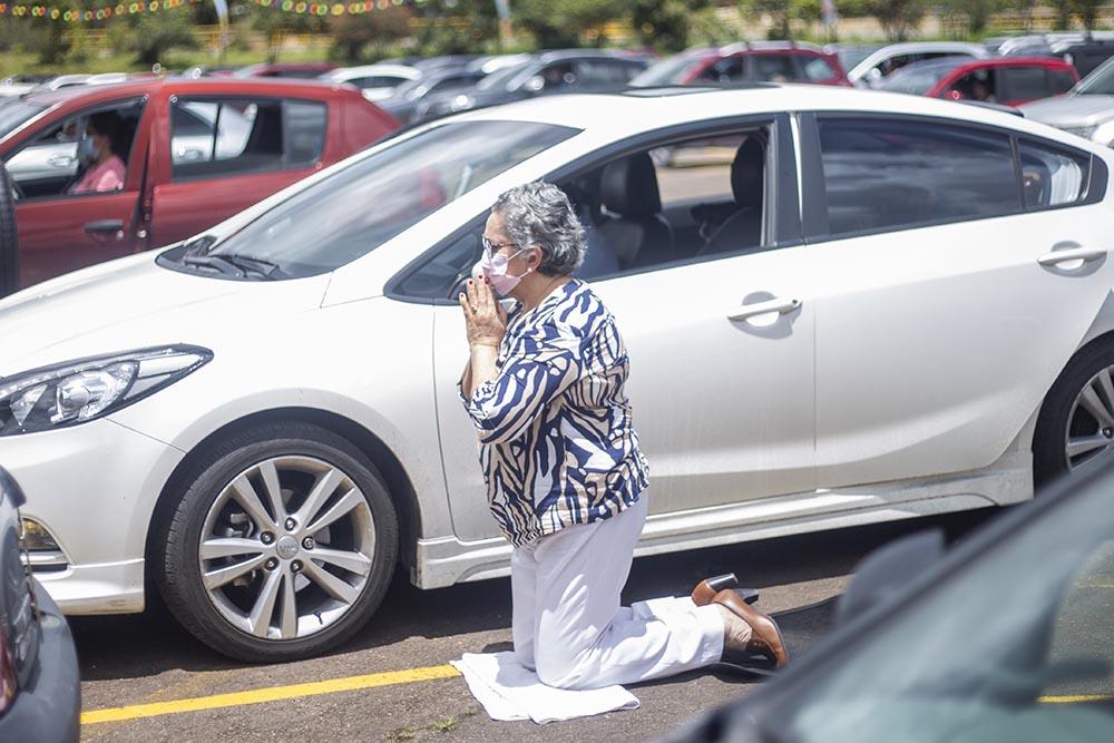 Archivo - Una mujer reza durante una eucartía celebrada en el parking del Hipódromo de los andes, en Bogotá, Colombia. - DANIEL GARZON HERAZO / ZUMA PRESS / CONTACTOPHOTO