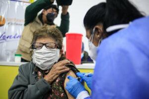 Una mujer es vacunada en Quito. - Juan Diego Montenegro/SOPA Image / DPA