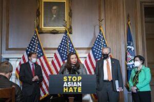 a senadora demócratas Tammy Duckworth (c), Richard Blumenthal (izqda), el líder de la mayoría en el Senado, Chuck Schumer, (dcha) y la senadora por Hawai, Mazie Hirono. - ROD LAMKEY - CNP / ZUMA PRESS / CONTACTOPHOTO