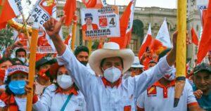 El candidato a la presidencia de Perú, Pedro Castillo (Perú Libre, izquierda)