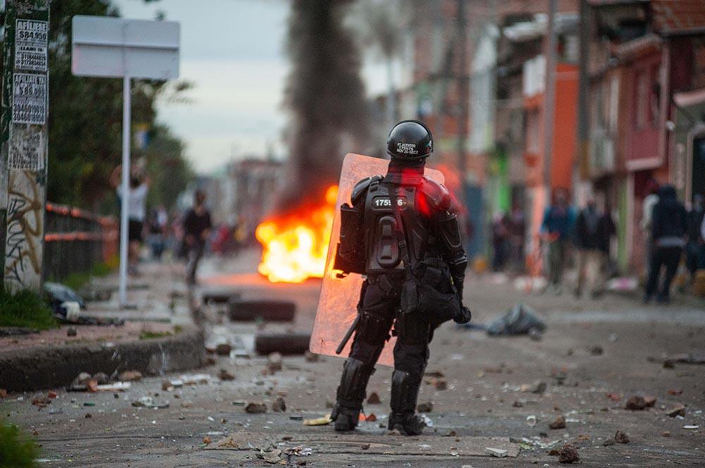 Un policía de Colombia durante las protestas contra la reforma tributaria - Chepa Beltran/VW Pics via ZUMA W / DPA