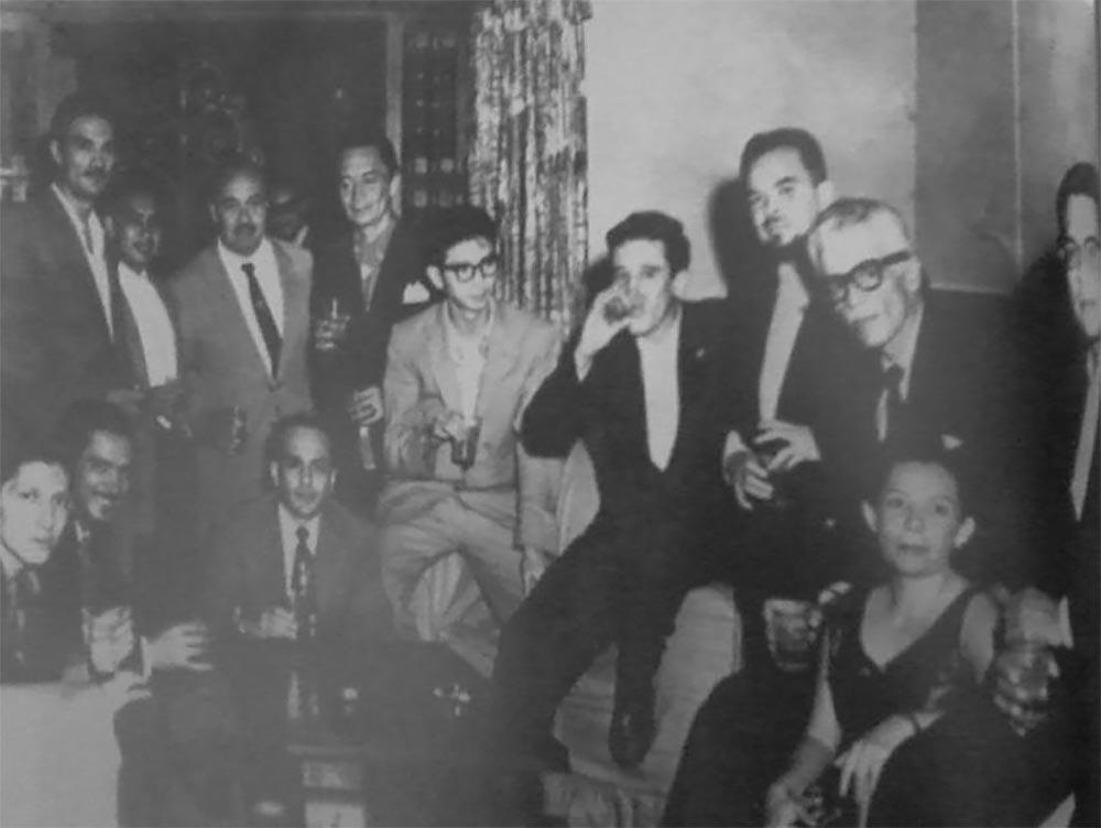 El poeta salvadoreño Roque Dalton de quinto de derecha a izquierda con intelectuales de la Generación comprometida (Círculo Literario Universitario). San Salvador, 1961