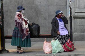 Dos mujeres bolivianas esperando el autobús en La Paz - Alexis-Demarco/ABI/dpa