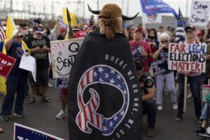 Un hombre con una capa de QAnon en Phoenix. - Cheney Orr/ZUMA Wire/dpa