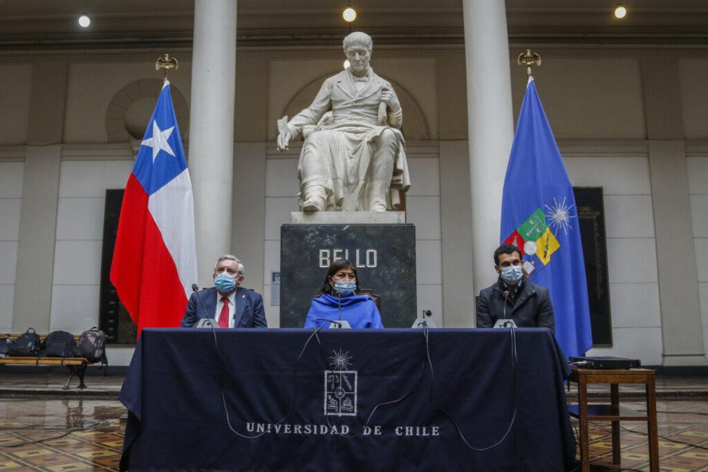 La presidenta de la Convención Constitucional de Chile, Elisa Loncón (centro), con el vicepresidente, Jaime Bassa (dcha) y el rector de la Universidad of Chile, Ennio Vivaldi (iqda). - Sebastian Beltran Gaete/Agencia / DPA
