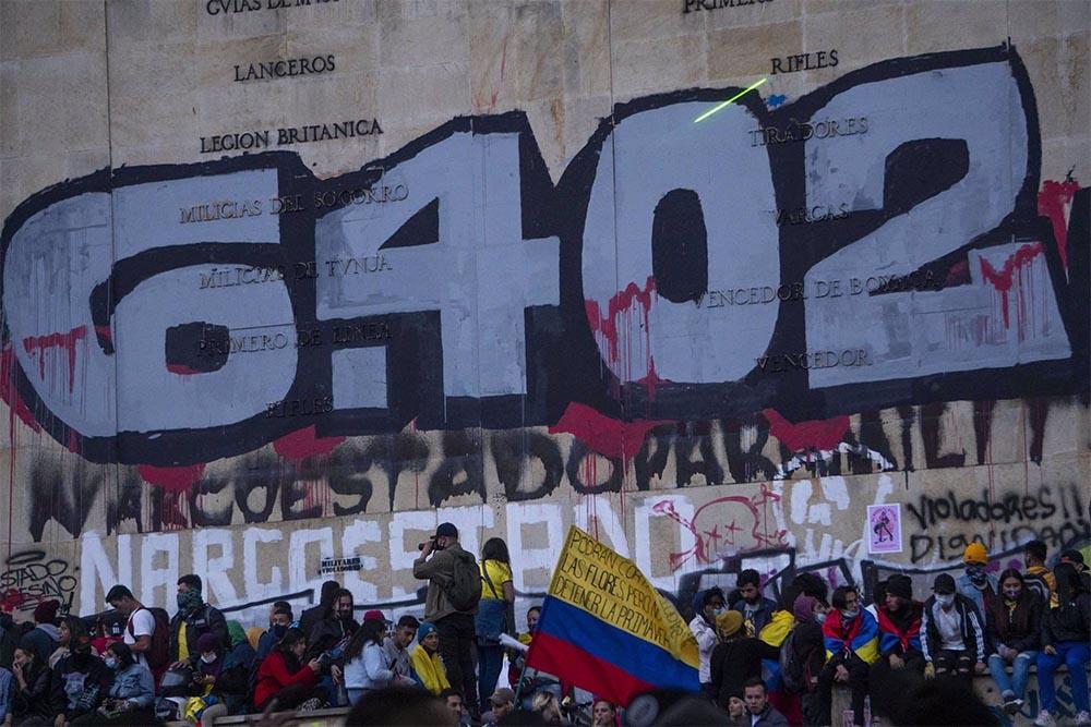 Protestas contra el Gobierno de Colombia celebradas en Bogotá, bajo una pintada que hace referencia al número de 'falsos positivos'. - DANIEL GARZON HERAZO / ZUMA PRESS / CONTACTOPHOTO