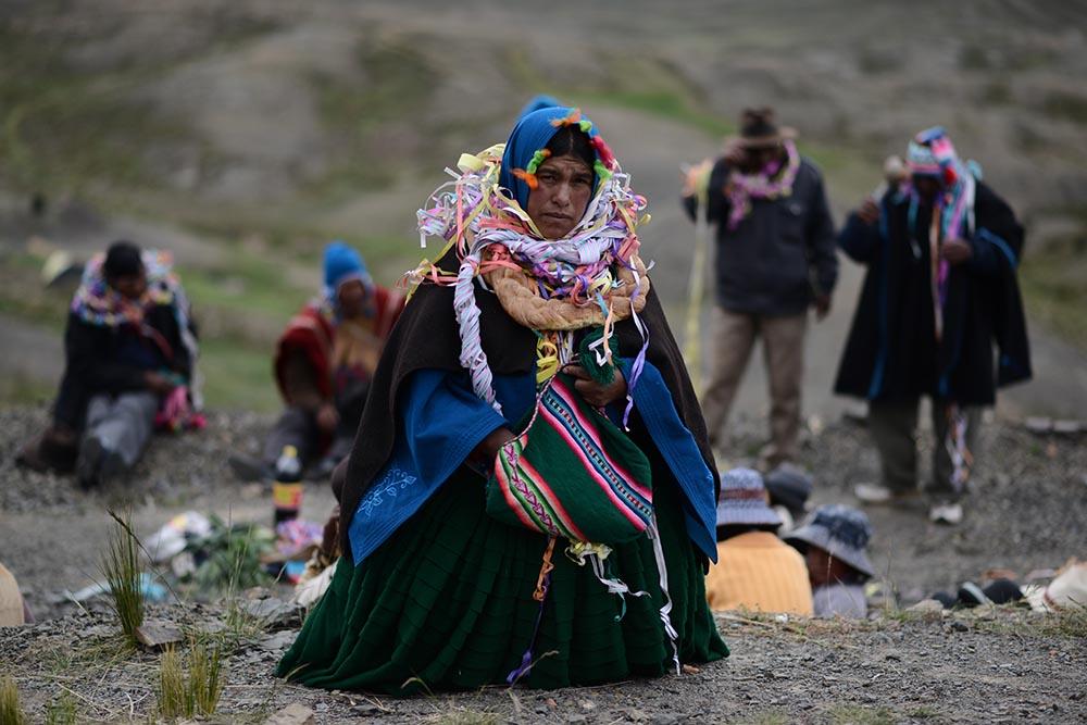 Una mujer indígena de Bolivia carga una bolsa con hoja de coca. - Radoslaw Czajkowski/dpa