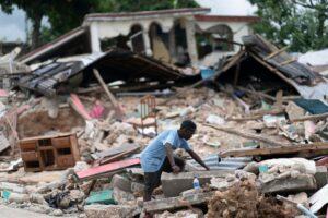 Un hombre busca entre los escombros tras el terremoto en Les Cayes, Haití - D AVIDDELAPAZ / XINHUA NEWS / CONTACTOPHOTO