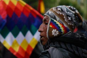 Imagen de archivo de un indígena con la wiphala en Bolivia. - Gaston Brito/dpa