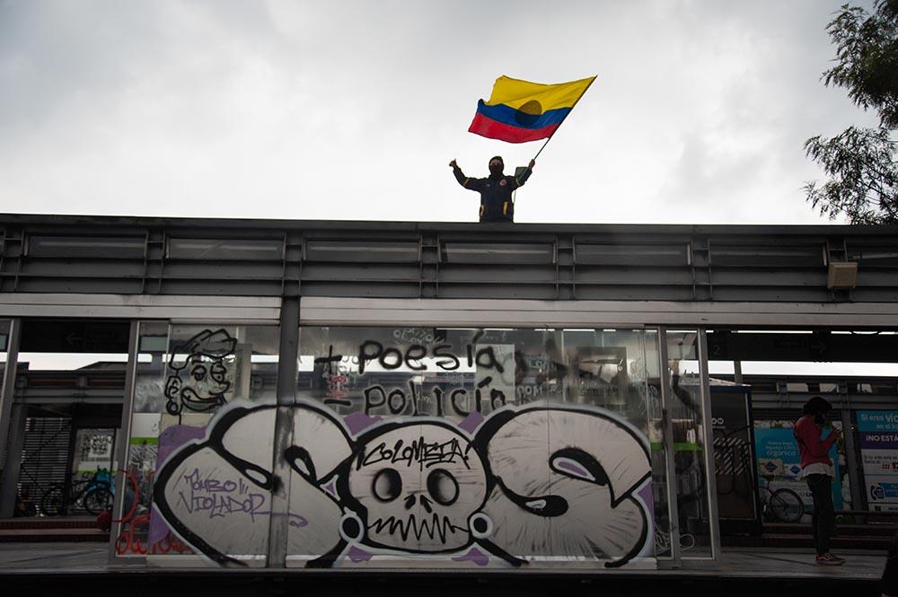 Un manifestante ondea la bandera de Colombia en las marchas del Paro Nacional. - Maria Jose Gonzalez Beltran/Long / DPA
