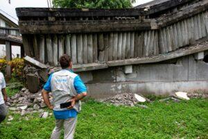 Personal de UNICEF examina un centro educativo destruido en Camp-Perrin, Les Cayes - UNICEF/ROUZIER