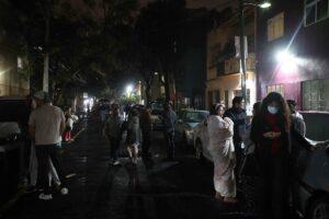 Un grupo de personas en plena calle tras abandonar sus hogares al anuciarse la alarma sísmica por un terremoto de 7,1 que ha tenido su epicentro en Acapulco. - EL UNIVERSAL / ZUMA PRESS / CONTACTOPHOTO
